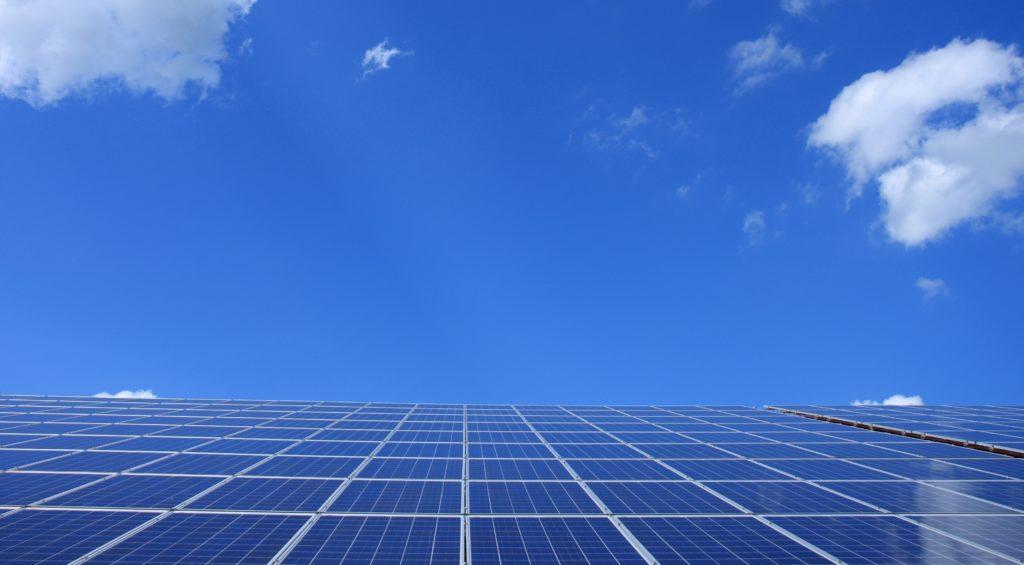 panneaux-solaire-ciel-bleu